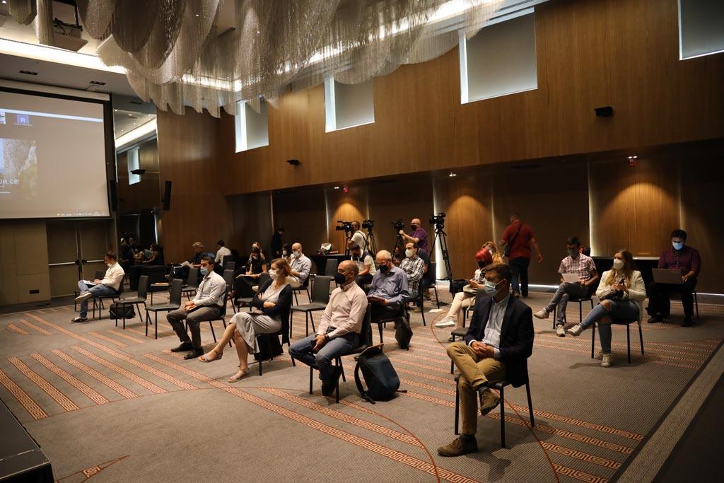 Околу 30 учесници присутни на конференција во хотел, држејќи дистанца